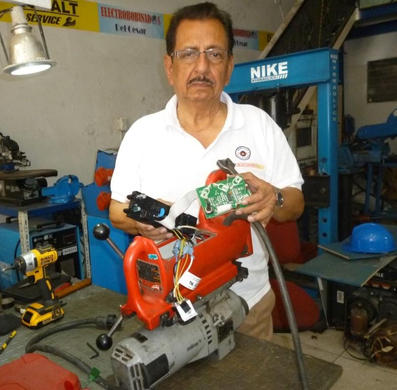 Luis Carlos Vélez repara taladro magnético